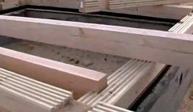 Крепление деревянных балок к стенам сруба бани